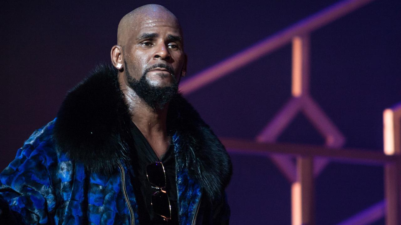 USA. R. Kelly z nowymi zarzutami przestępstw seksualnych. Muzyk R&B i hip-hopu stanie przed sądem - TVN24
