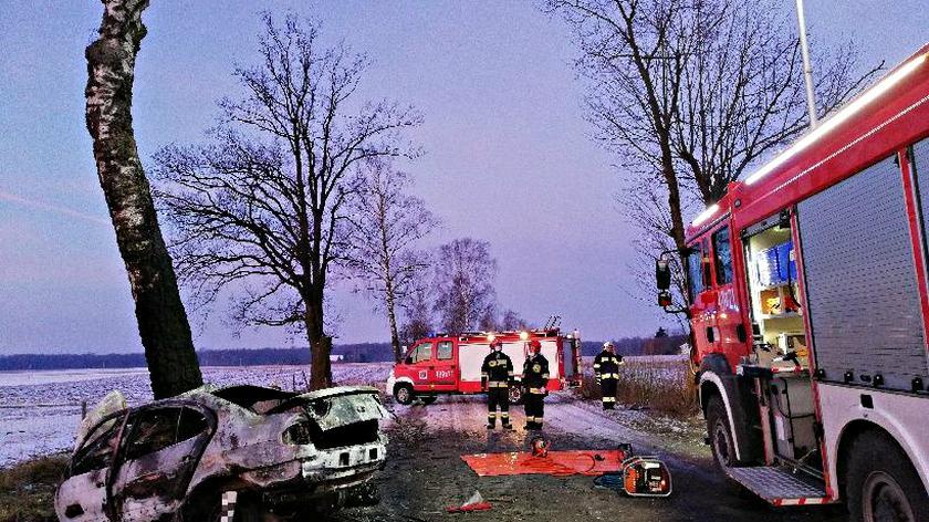 Samochód doszczętnie spłonął po zderzeniu z drzewem