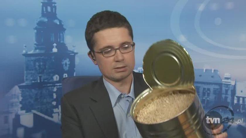 Dziennikarz Szymon Jadczak prezentuje puszkę z mięsem