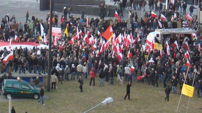 Marsz Niepodległości dotarł już pod pomnik Romana Dmowskiego