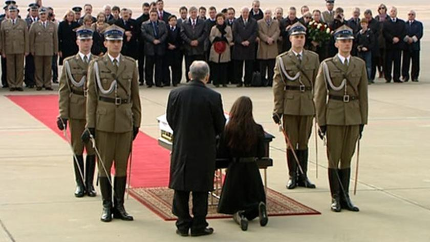 Pierwsza przyleciała do Polski trumna z ciałem prezydenta, potem 95 kolejnych