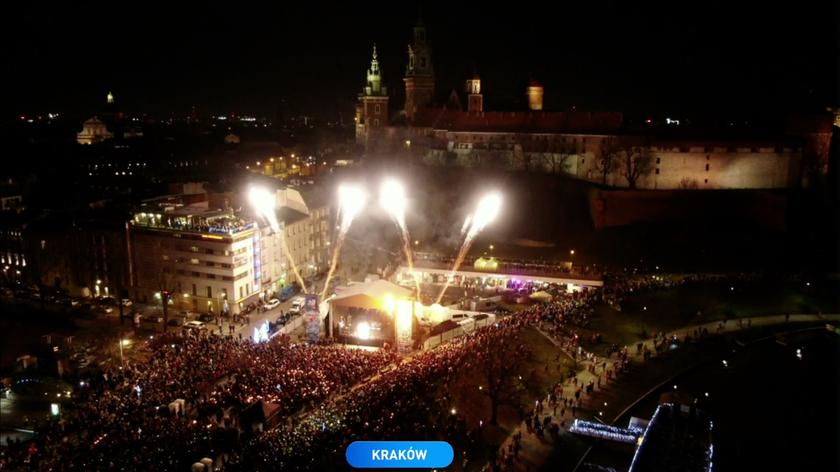 """The band Voo Voo and Tomasz Organek sang John Lennon's """"Imagine"""", while confetti was thrown at the stage"""