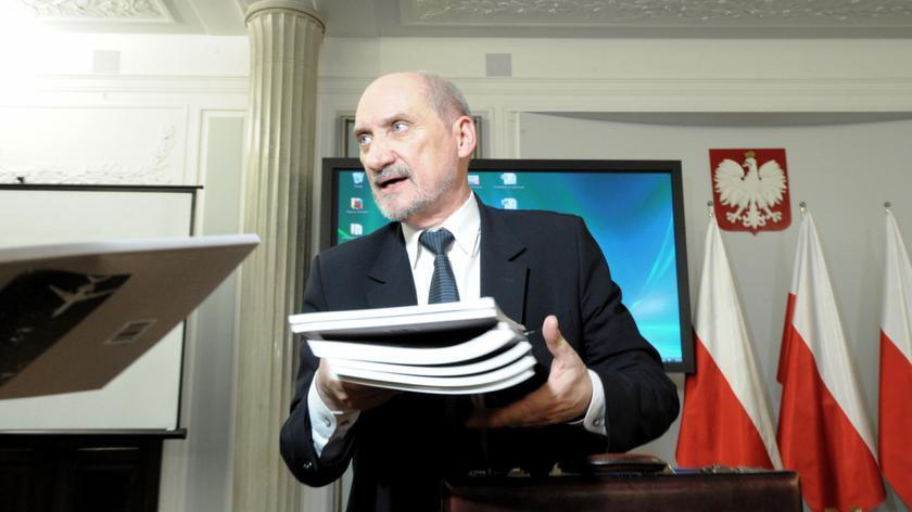 Poseł PO pyta, czy Macierewicz może sprzedawać raport nt. katastrofy
