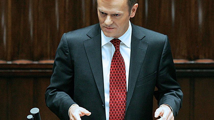 Premier Tusk wchodzi na mównicę