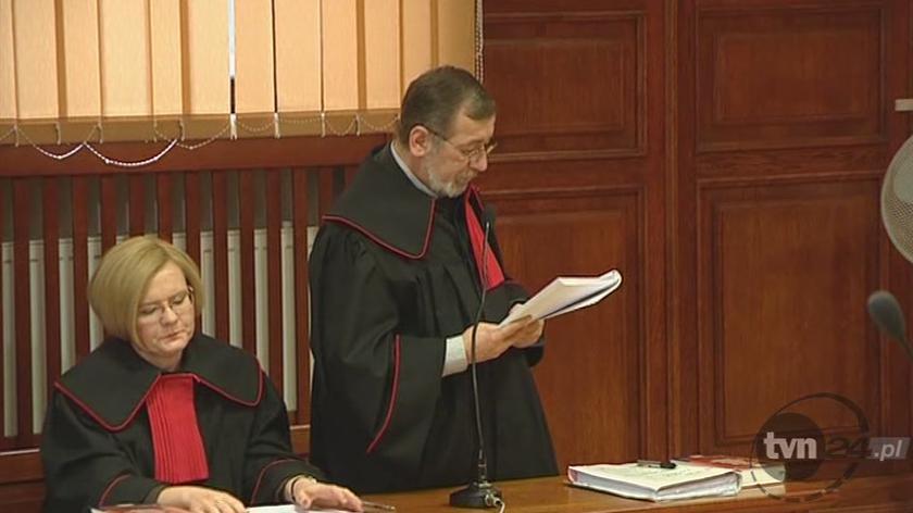 Prokurator odczytuje akt oskarżenia