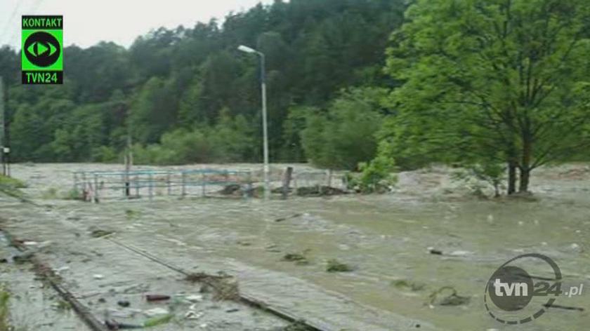 Rzeka dosłownie zalała most w Muszynie (Kontakt TVN24)