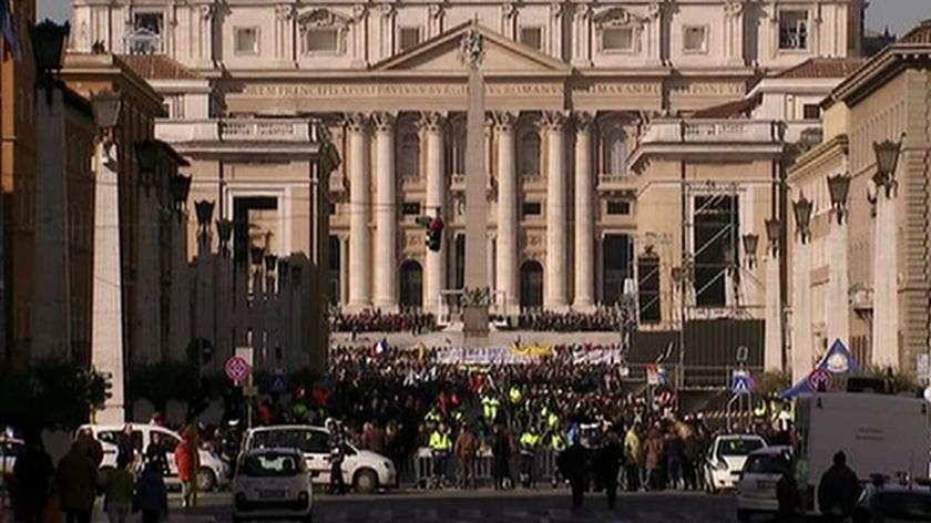Wierni zbierają się w Watykanie