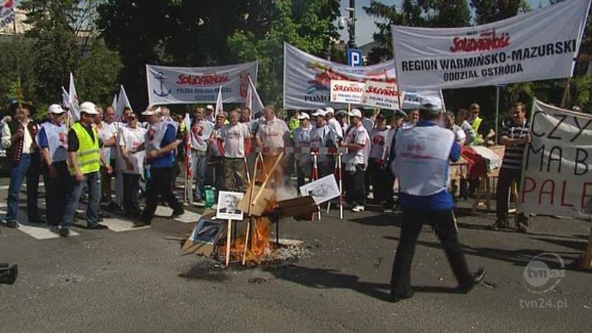 Wystawili trumnę, powiesili Tuska na szubienicy. (TVN24)
