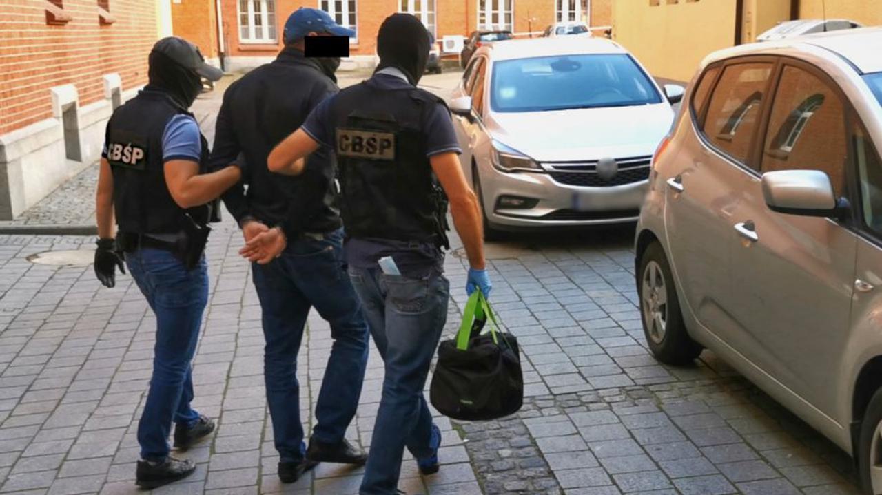 Faktury na setki milionów złotych, luksusowe samochody, pieniądze ukryte w pralce. Dziewięć osób zatrzymanych