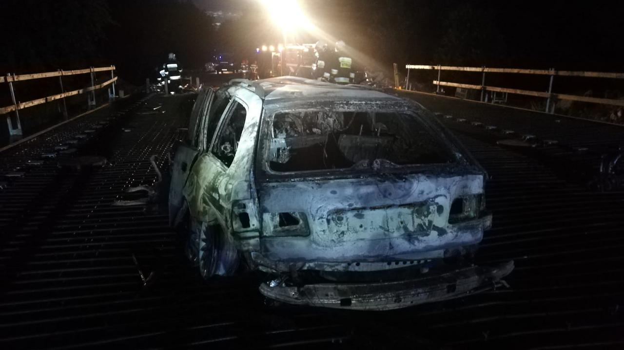 Na remontowanym moście spłonął samochód. W środku strażacy znaleźli ciało mężczyzny