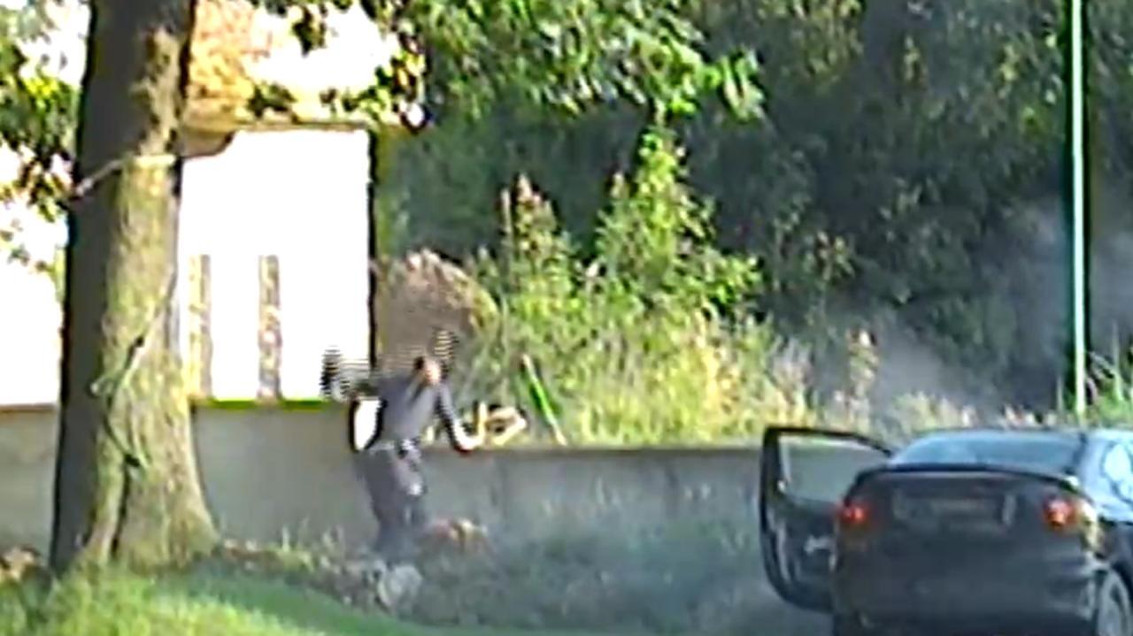 Uciekał przed policją, rozbił auto i zniknął za murem. Zostawił portfel, wpadł w innym mieście