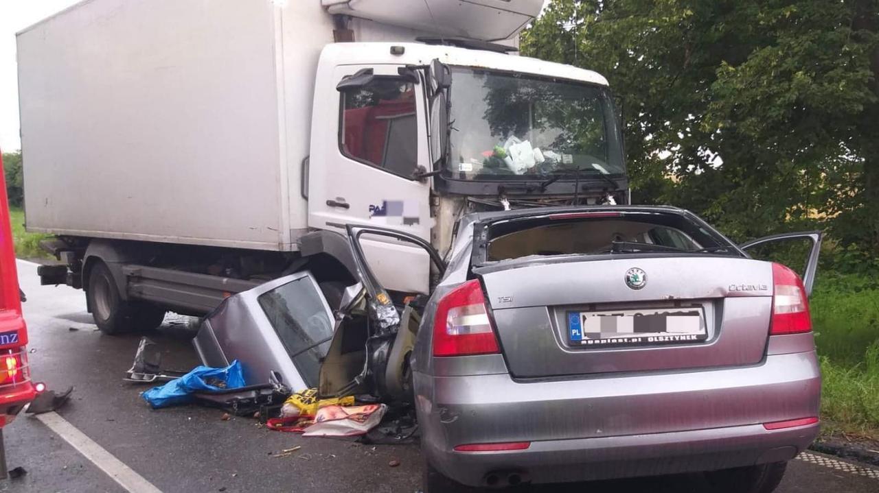 Nagle skręcił w lewo, wjechał wprost pod ciężarówkę. Zginęły dwie osoby