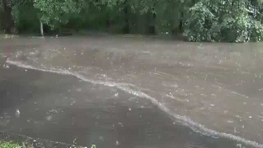Potężna ulewa we Wrocławiu. Zalana ulica Wejherowska