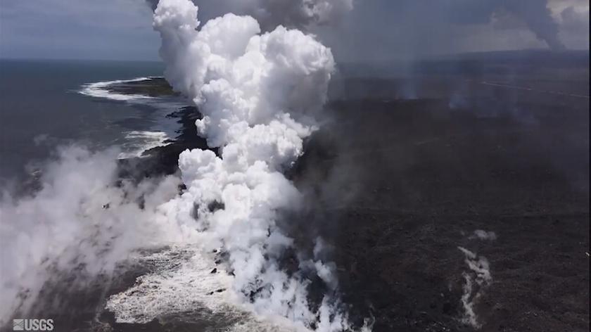 Podczas zetknięcia lawy z wodą powstają niebezpieczne gazy