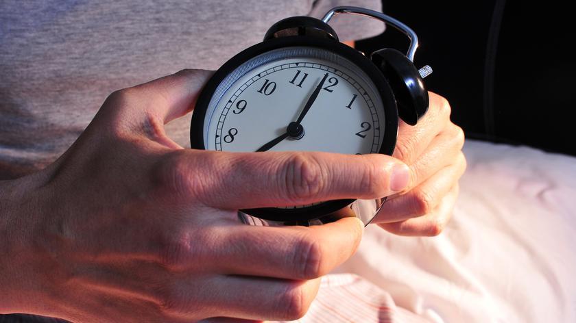 Jak zmiana czasu wpływa na problemy ze snem