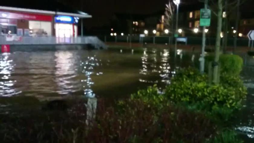 Woda zalewa co raz bardziej Platt Bridge Wigan