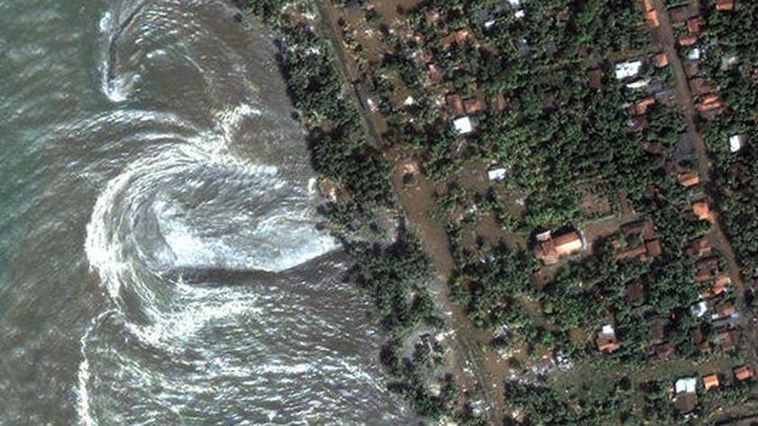 22 godziny z życia fali tsunami (NASA)