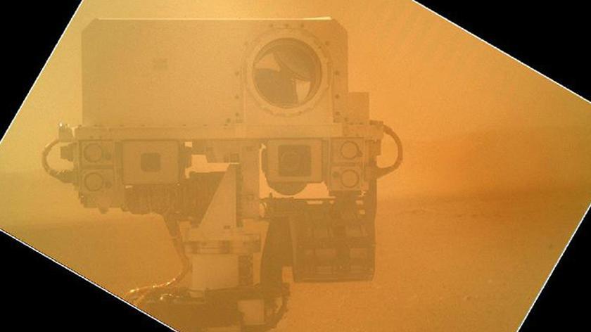Działanie ramienia łazika Curiosity (NASA/JPL-Caltech)