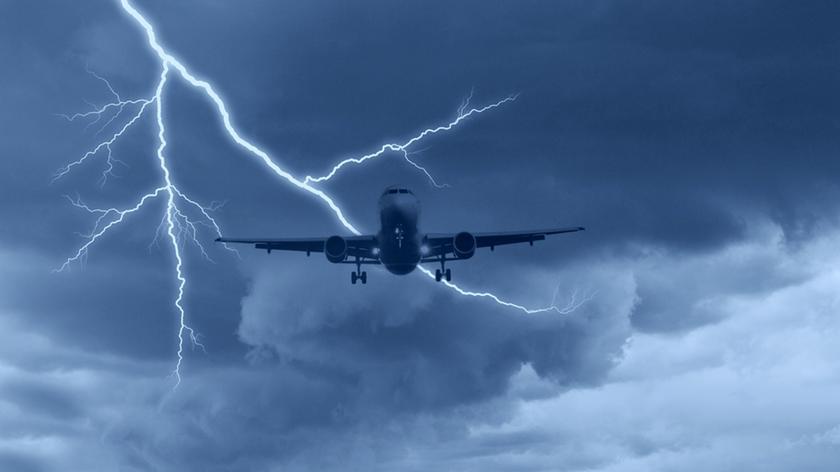 Burza z piorunami z okna samolotu