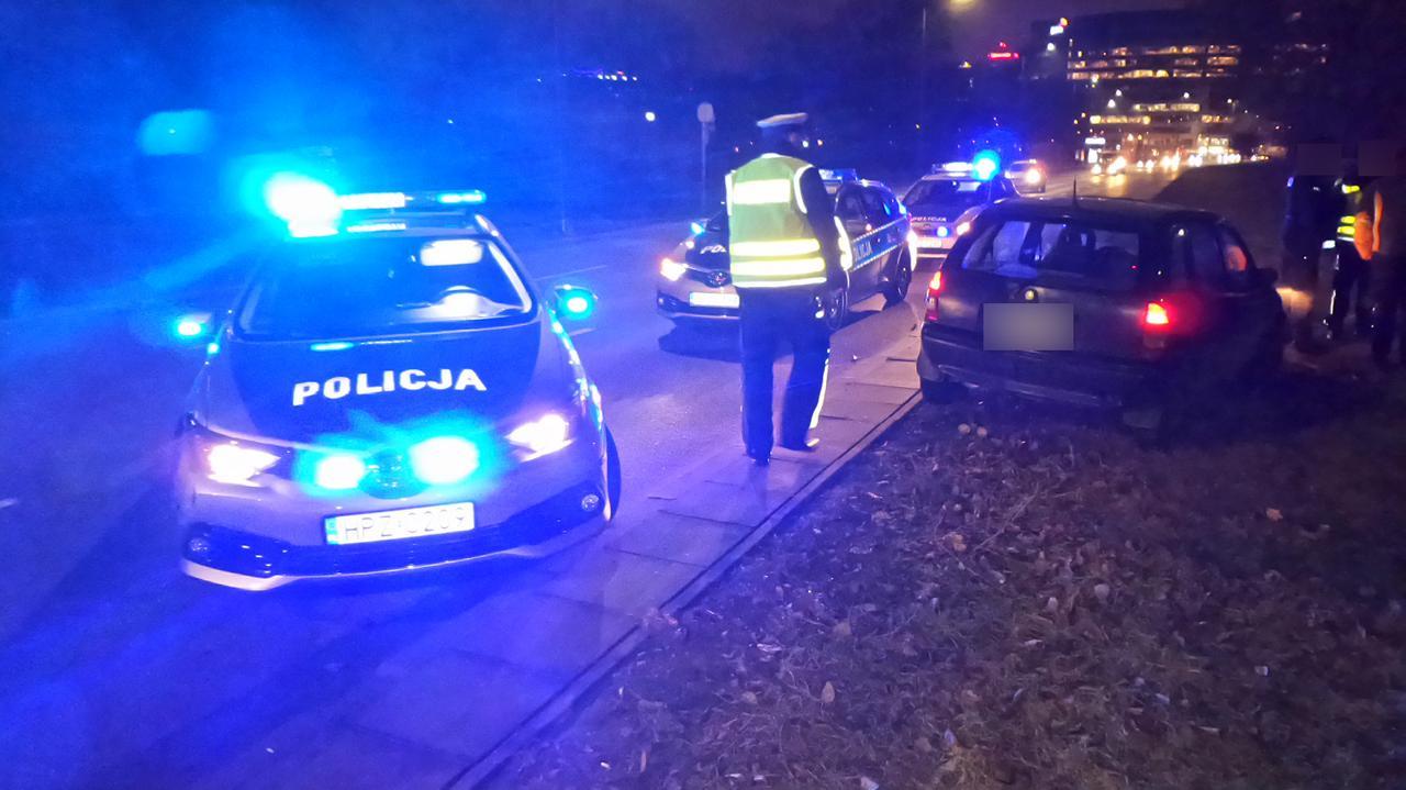 Pijany uszkodził auto, uciekał przed policją