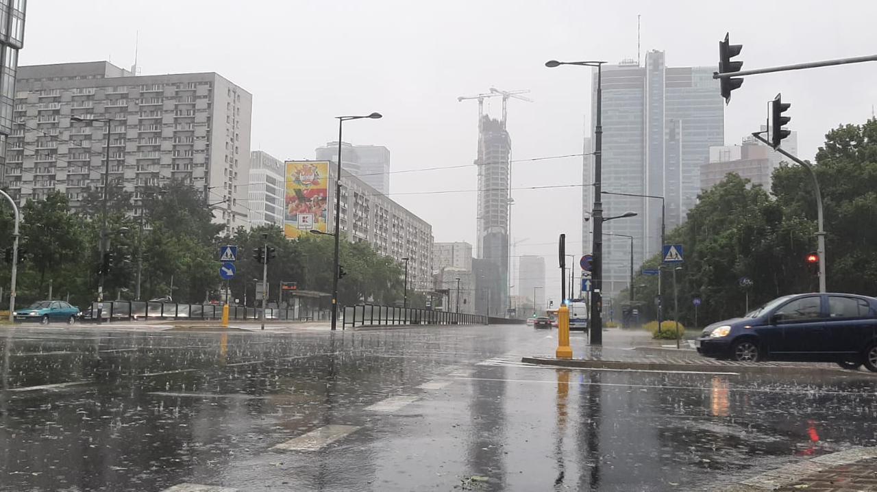 Ulewa w stolicy. Tramwaje utknęły na Woli
