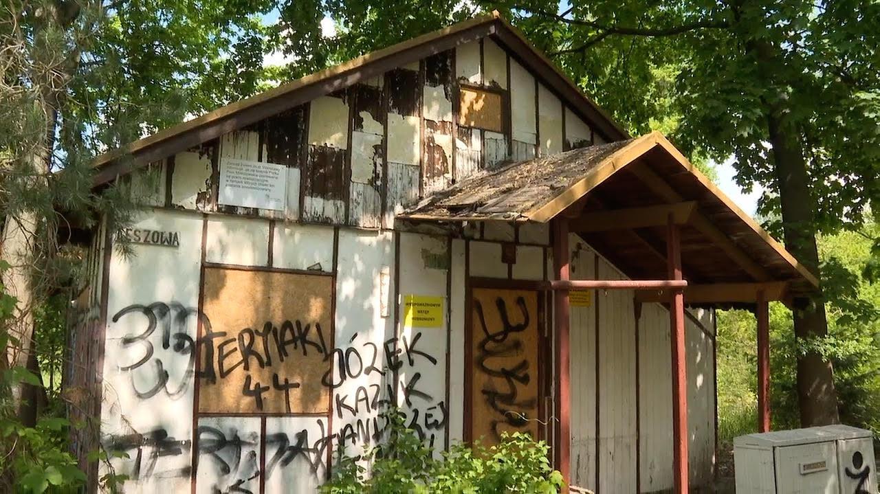 Dziurawy dach, w środku stos puszek po piwie. W tym domku mieszkał Ryszard Kapuściński