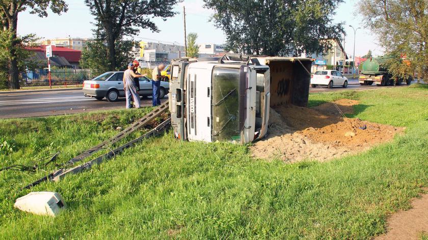 Ciężarówka wywróciła się na Łodygowej