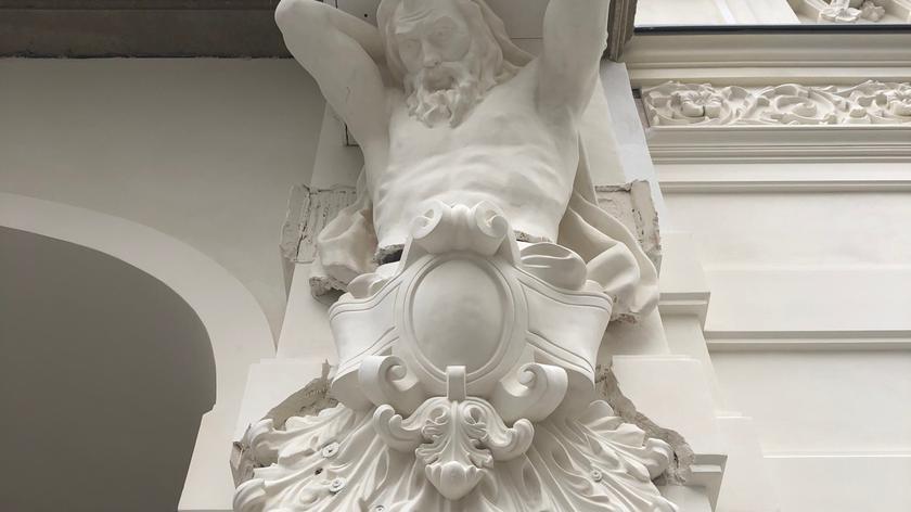 Figura atlasa dźwigającego balkon