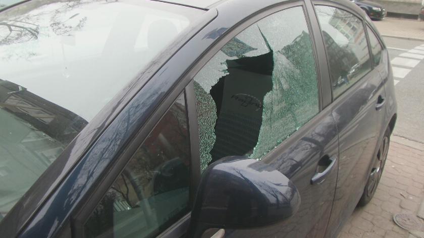 Uszkodzone auta na Pradze Północ