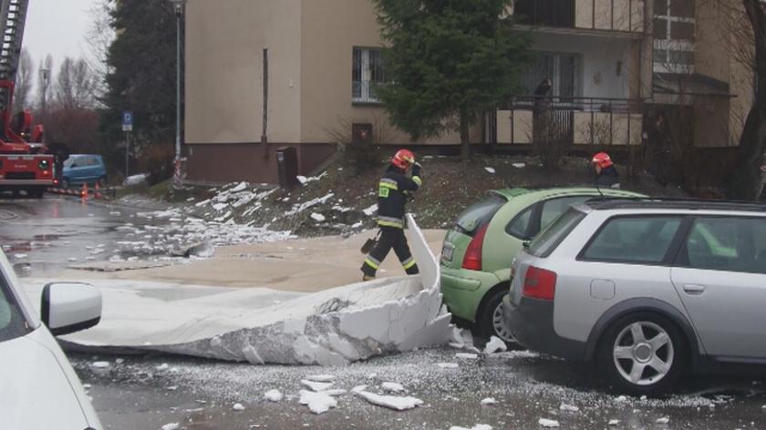 Fragment elewacji spadł na parking