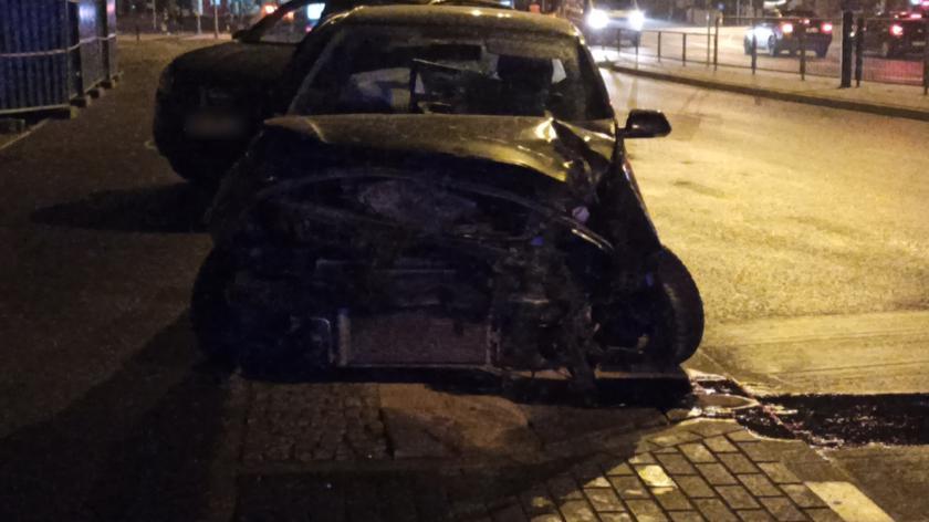 Samochód osobowy uderzył w sygnalizator