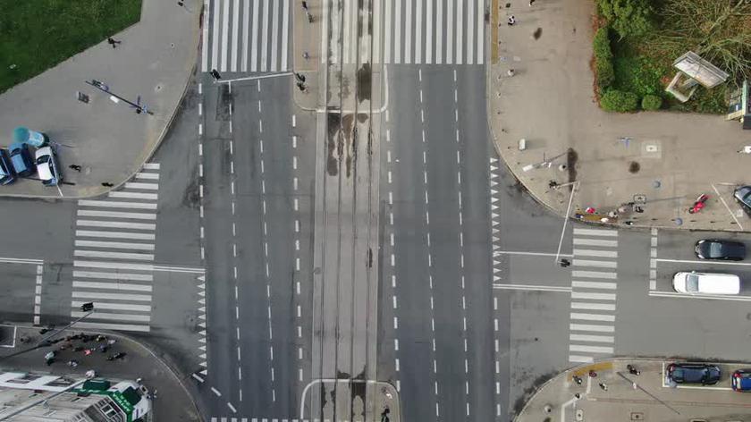 """Lewoskręty na skrzyżowaniu alei """"Solidarności"""" i Żelaznej"""