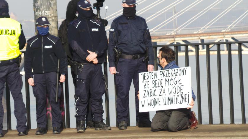 Aktywista klimatyczny na moście Poniatowskiego