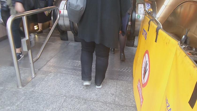 Środkowe schody na stacji metra Centrum działają