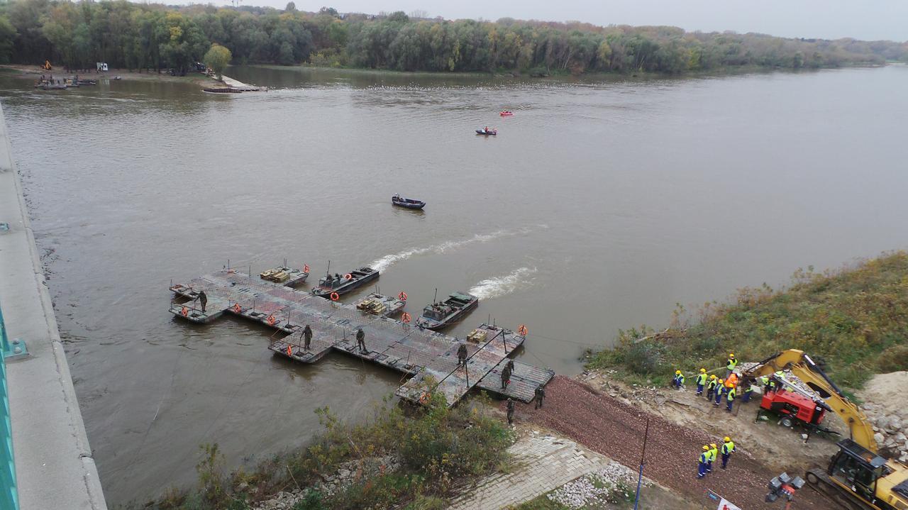 Wojsko montuje most pontonowy na Wiśle.