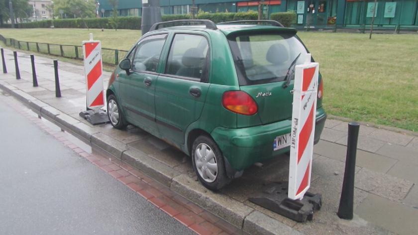 Auto pośród słupków na Andersa