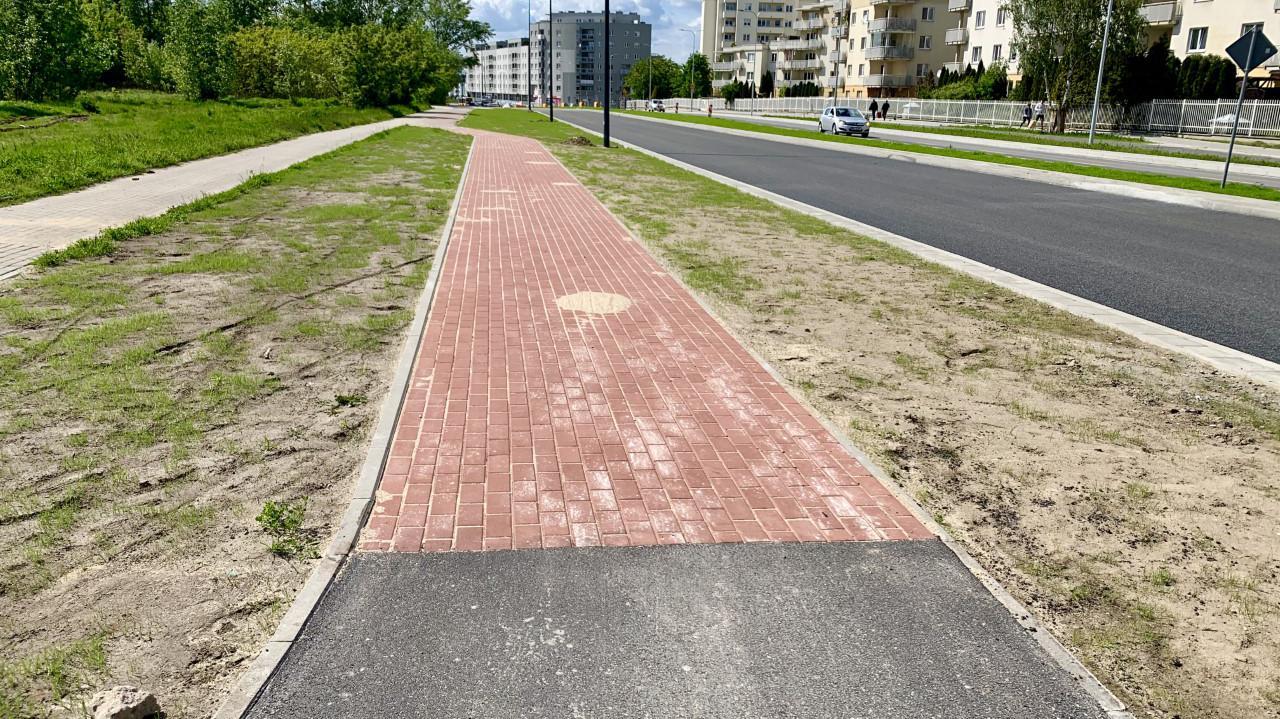 Miała być nowa ścieżka rowerowa wzdłuż obwodnicy. Odtwarzają starą, z kostki