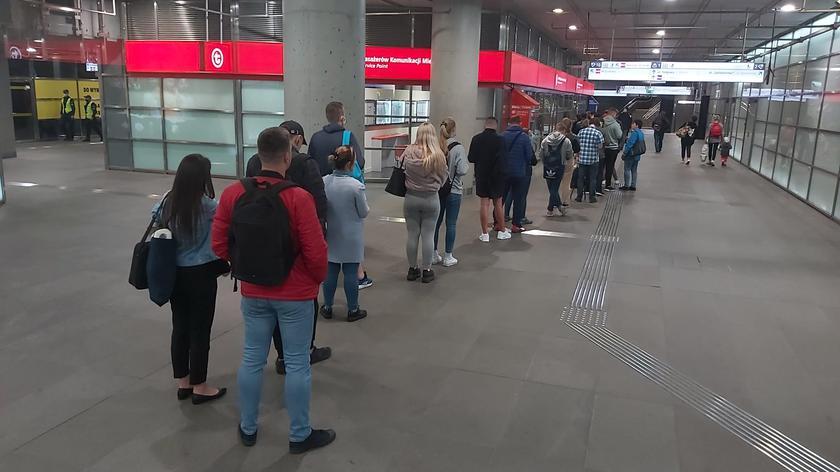 Wtorkowa kolejka na stacji Dworzec Gdański
