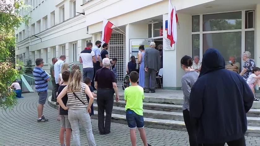 Kolejka do lokalu wyborczego przy ul. Szwoleżerów w Warszawie
