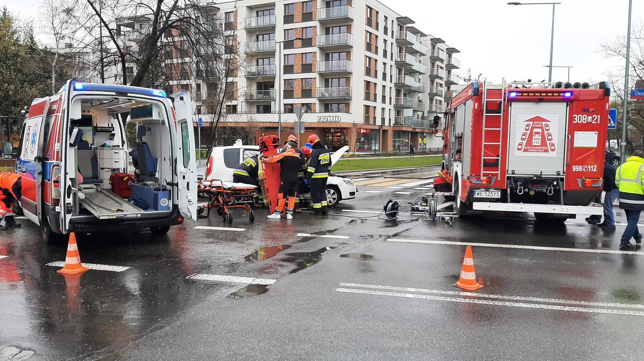 Zderzenie trzech aut. Strażacy wycinali kierowcę