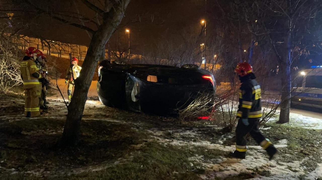 """Samochód spadł ze skarpy i wylądował na boku. """"Kierowca poszukiwany przez policję"""""""
