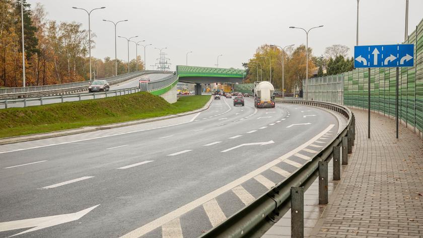 Po trzy pasy ruchu w każdym kierunku przy skrzyżowaniu Grójeckiej, Harfowej i Racławickiej
