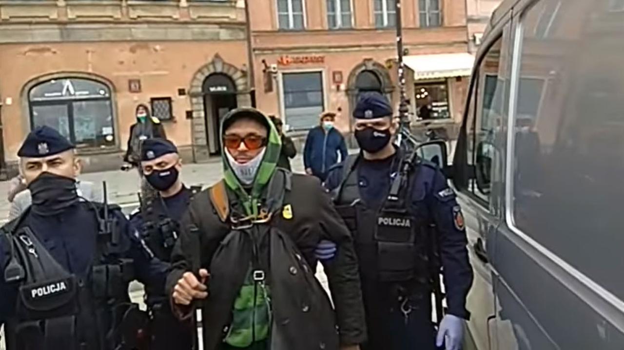 Zatrzymali niewidomego podczas protestu, wywieźli za Warszawę.