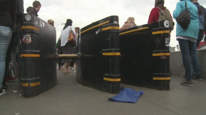 Bariery na moście Westminsterskim w Londynie