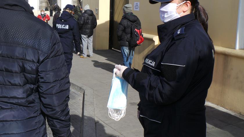 Maseczki dla potrzebujących od policjantów