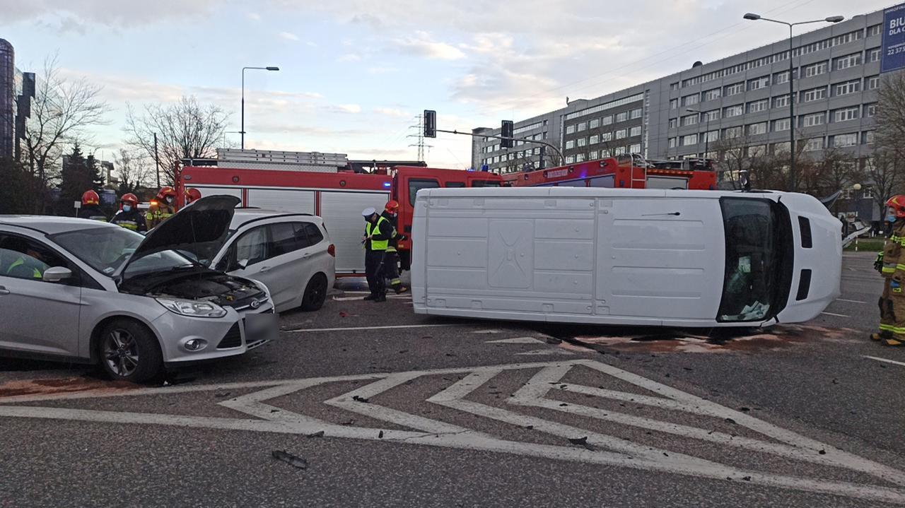 Bus na boku i dwa rozbite auta na Domaniewskiej. Są ranni
