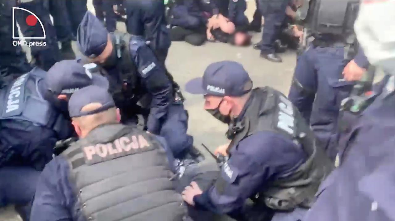 Protest i przepychanki przed ambasadą Izraela. Policja zatrzymała Babcię Kasię