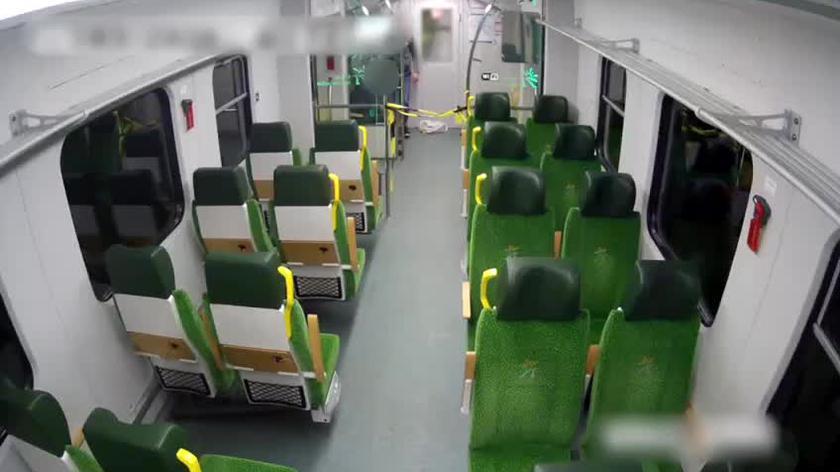 Monitoring z wagonu, którym podróżowali podejrzani (wideo bez dźwięku)