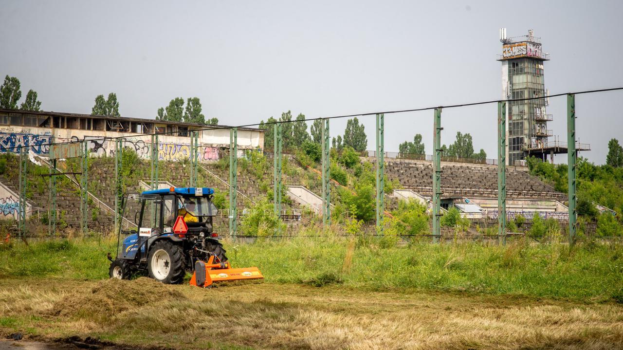 Porządkują teren wokół stadionu Skry. Wywieźli tonyśmieci i gruzu
