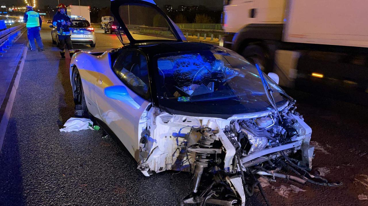 Ferrari uderzyło w bariery na Trasie Siekierkowskiej